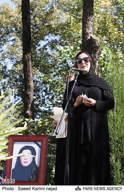 تصویری از سخنرانی مرجانه گلچین دختر عموی مرحوم نادیا دلدار گچین