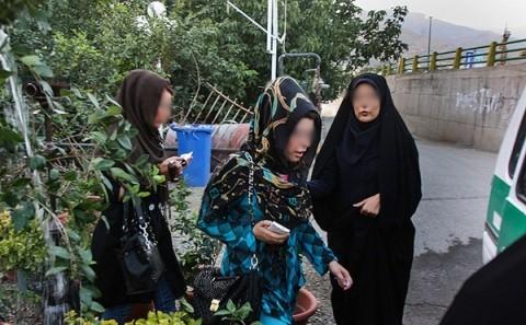 عکس: طرح جمعآوری دختران بدحجاب از قهوهخانهها!