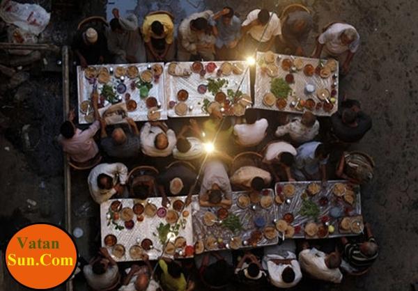 تصاویر افطاری دستهجمعی مردم قاهره