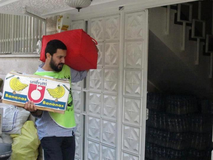 حامد بهداد در خیابان در حال جمع آوری کمکهای مردمی