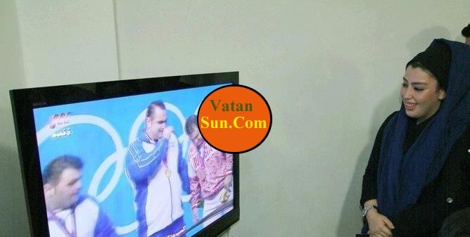 همسر بهداد سلیمی در حال تماشای مسابقه همسرش