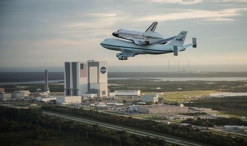 نوزدهم سپتامبر، تصویری که در آن علاوه بر اندیور و هواپیمای حاملش، ساختمان مرکز فضایی کندی در کیپ کاناورال هم مشاهده می شود. (Reuters/Robert Markowitz/NASA/Handout.)