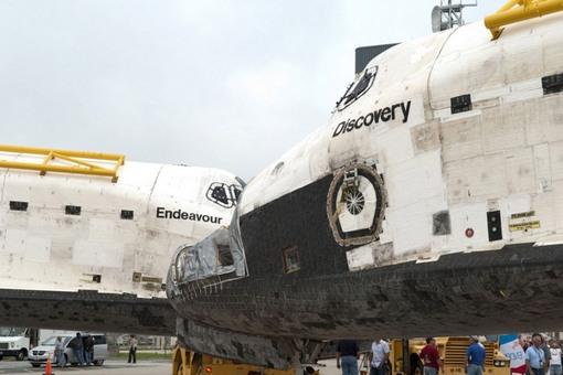 شاتل های بازنشسته دیسکاوری و اندور در مرکز فضایی کندی واقع در فلوریدا؛ جایی که سفر نهایی اندیور از آنجا آغاز شده و مقصد نهایی اش هم همانجاست. (NASA/Jim Grossmann)