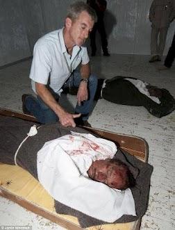 سفیر مقتول امریکا در لیبی بر سر جنازه قذافی