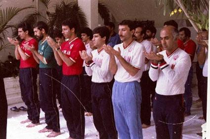عکس روز: تیم ملی در صف نماز جماعت