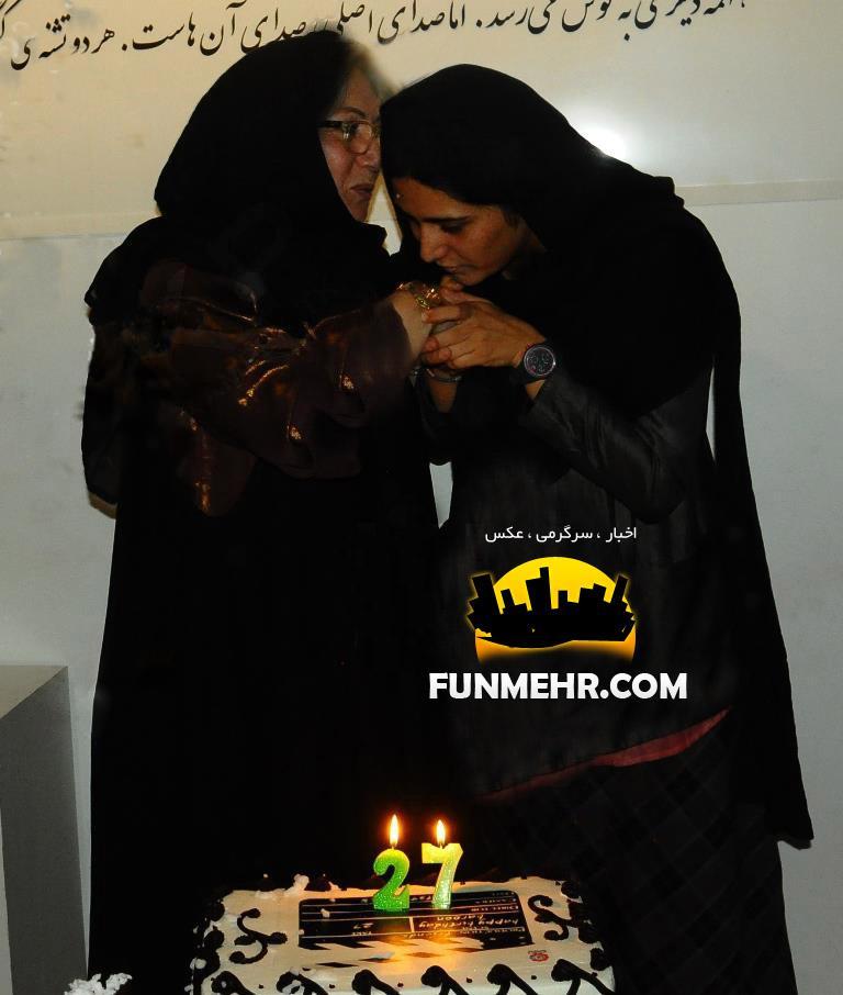 عکس متفاوت باران کوثری در حال بوسیدن دست مادرش