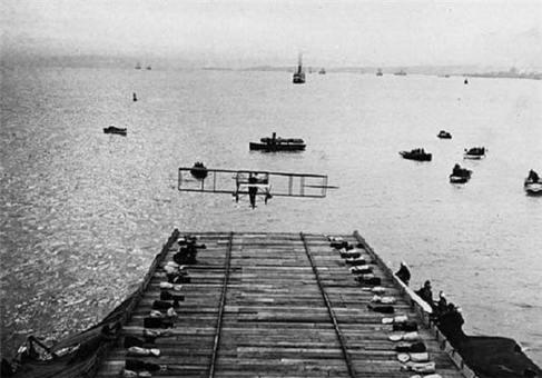 تصاویر اولین ناو هواپیما بر جهان