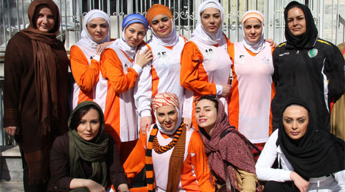 گزارشی از بازی تیم والیبال زنان هنرمند با زنان زندانی! + عکس