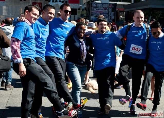 تصاویر: پیاده روی مردان با کفش پاشنه بلند زنانه-www.jazzaab.ir