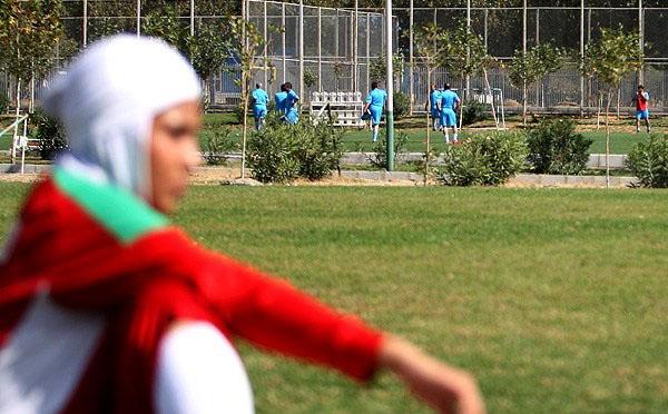 اردو تیم فوتبال بانوان در کنار آقایان!