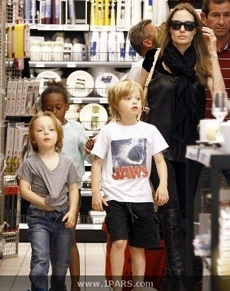آنجلینا جولی و فرزندانش در حال خرید در فرانسه + عکس