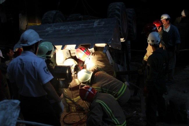 تصاویر نجات راننده جوان از اتاقک لودر