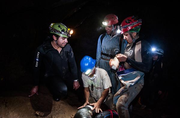عکس هایی از تنها بانوی غواص غارنورد ایرانی