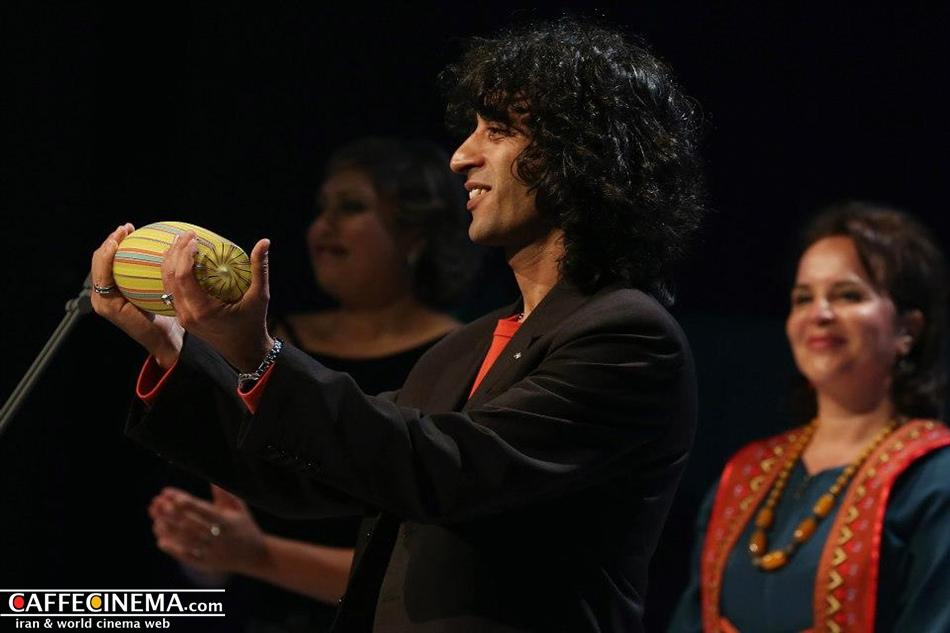 """چند عکس از لحظه دریافت جایزه آسیا پاسیفیک توسط تورح اصلانی، در """"کافه سینما"""""""