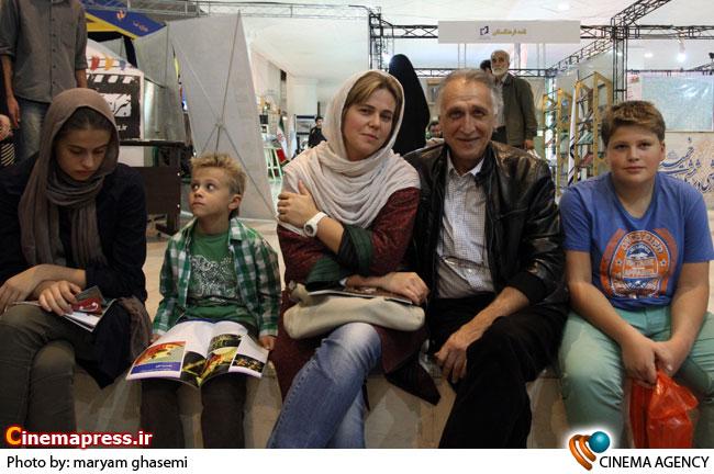 احمد نجفی درکنار خانواده غرفه خبرگزاری سینمای ایران در نوزدهمین نمایشگاه مطبوعات