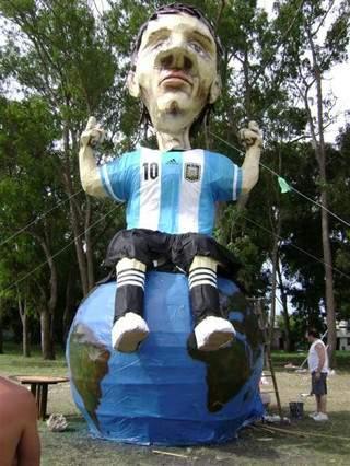 آتش زدن عروسک مسی در آرژانتین + عکس