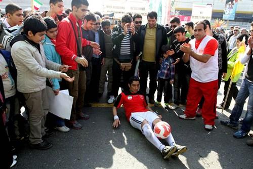 حضور رکورددار جهانی گینس با پیراهن پرسپولیس در راهپیمایی ۲۲ بهمن