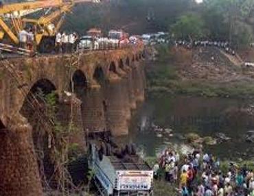 براثر سقوط اتوبوس در هند، ۳۷ نفر کشته شدند