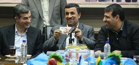 عکس/عیدی مشایی به احمدی نژاد