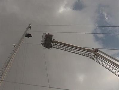 تصاویر/ نجات مردی از بالای دکل مخابرات