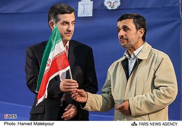 تصاویر: احمدی نژاد پرچم را به مشایی سپرد