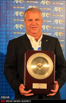 اهدا تندیس فوتبال آسیا به علی پروین +تصاویر