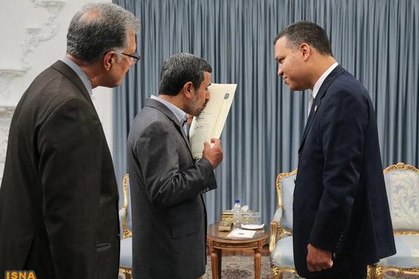 بوسه های حاشیه ساز احمدی نژاد +تصاویر