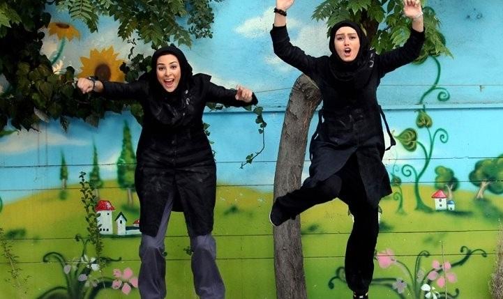 عکس سحر قریشی و حدیث تهرانی در حال پرش