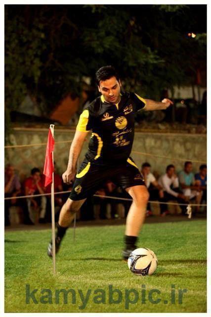 تصویر احسان علیخانی درحال بازی فوتبال
