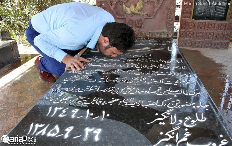 عکسی از محمد علیزاده در حال بوسه بر مزار مرحوم ناصر عبداللهی