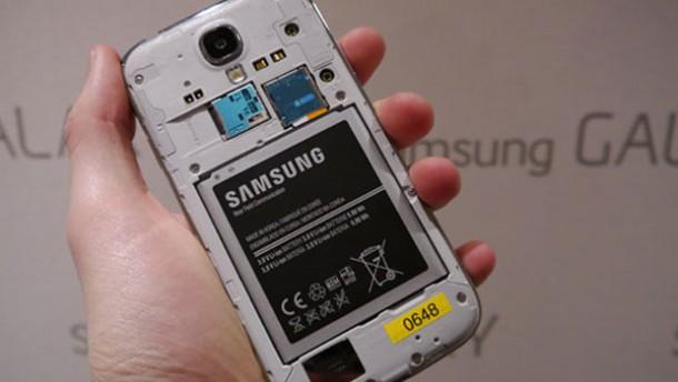 وجود مشکل در باتری گلکسی اس 4، سامسونگ یک باتری مجانی به کاربران میدهد