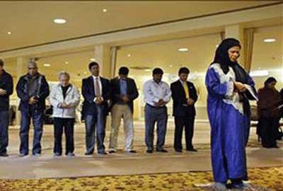 نماز جماعت به امامت یک زن + تصاویر