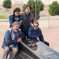 علی بوستان، حسین علیزاده، پژمان حدادی و پوریا اخواص / مزار استاد مشکاتیان آبان ماه 92 (برای بزرگنمایی تصویر کلیک کنید)