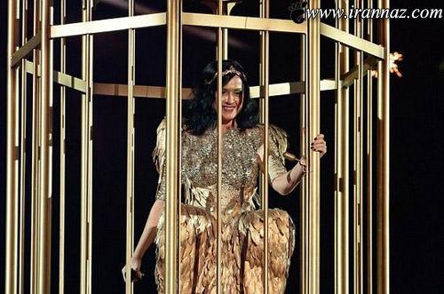 لباس خنده دار این خواننده ی مشهور جنجالی شد + تصویر
