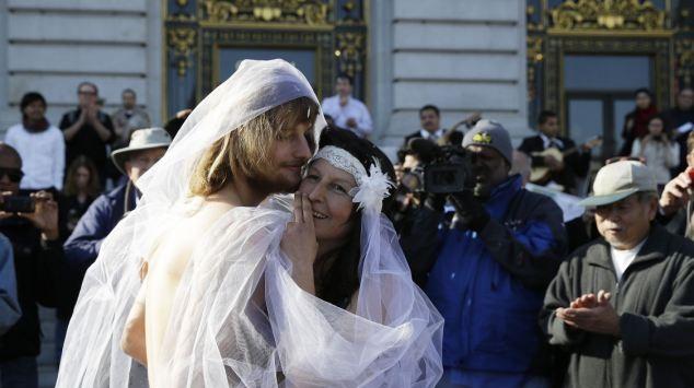 عروس و داماد برهنه بازداشت شدند + تصاویر