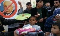 دانشجویان تهرانی به مناسبت مرگ شارون شیرینی توزیع میکنند