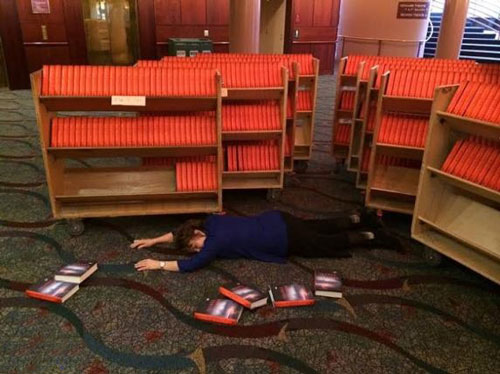 این خانم 900 کتاب را امضاء کرد و غش کرد! + تصویر