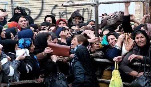 """حرکات زشت چند زن در صف سبد کالا"""""""