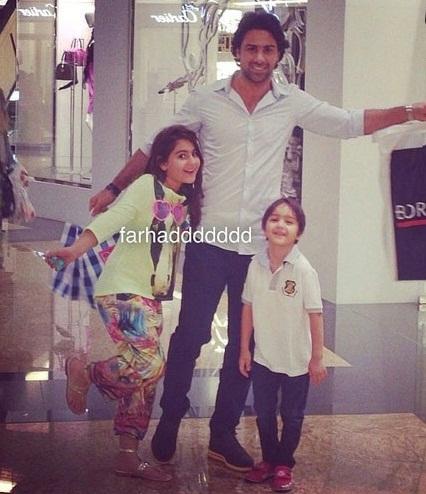 فرهاد مجیدی در کنار فرزندانش در حال خرید