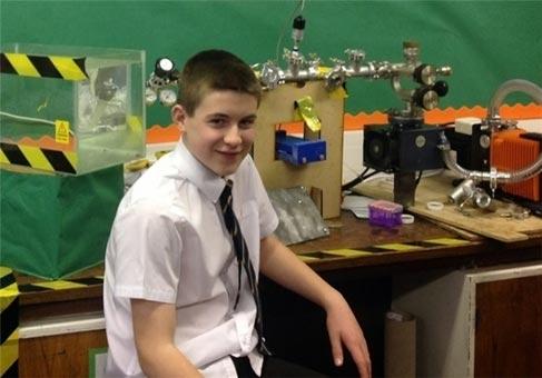 کوچکترین دانشمند سازنده رآکتور هستهای + عکس