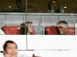 تصویری از کارلوس کروش و همسرش در جایگاه ویژه ورزشگاه ابوظبی برای تماشای برد استقلال