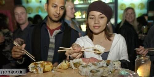 خوردن غذا روی بدن برهنه دختران + عکس
