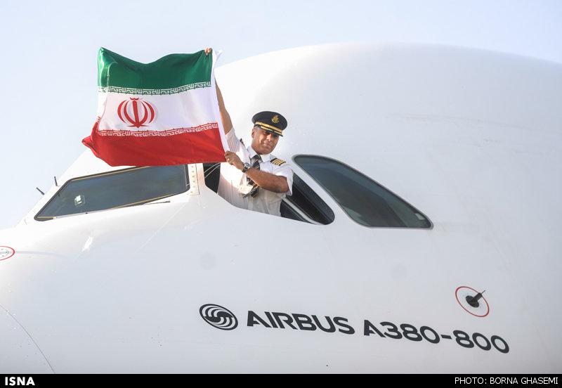 اخراج خلبان ایرانی امارات به دلیل اهتزاز پرچم ایران