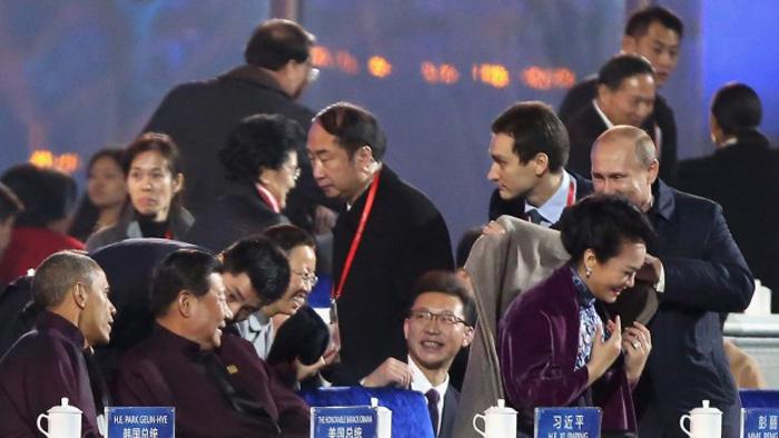 Vakonesh.Com   4ba36d23a78c7393b4900ef38019d8ff (تصاویر) خودمانی شدن پوتین و همسر رییس جمهور چین!