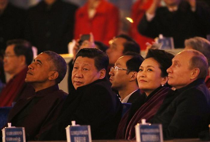 Vakonesh.Com   db1640888177e26b2a2cdbc85ea84275 (تصاویر) خودمانی شدن پوتین و همسر رییس جمهور چین!