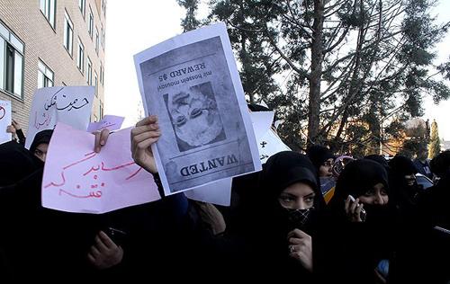 Vakonesh.Com   c9f0f895fb98ab9159f51fd0297e236d11  تجمع در اعتراض به حضور فائزههاشمی /تصاویر