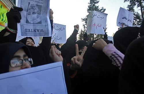 Vakonesh.Com   c51ce410c124a10e0db5e4b97fc2af391  تجمع در اعتراض به حضور فائزههاشمی /تصاویر