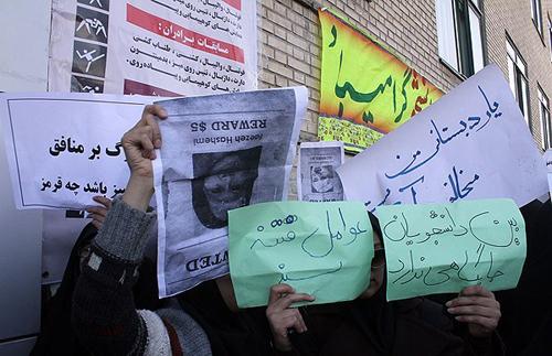 Vakonesh.Com   8f14e45fceea167a5a36dedd4bea254312  تجمع در اعتراض به حضور فائزههاشمی /تصاویر