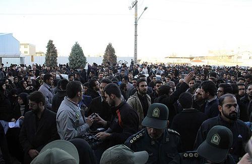 Vakonesh.Com   1679091c5a880faf6fb5e6087eb1b2dc14  تجمع در اعتراض به حضور فائزههاشمی /تصاویر