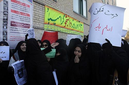 Vakonesh.Com   45c48cce2e2d7fbdea1afc51c7c6ad2610  تجمع در اعتراض به حضور فائزههاشمی /تصاویر